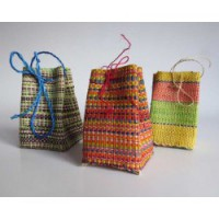 Liten presentsäck av handvävd raffia. Madagaskar. Fair Trade.