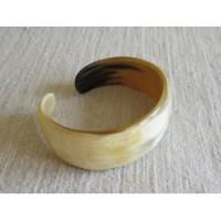 Armring buckad smal. Kohorn från Madagaskar. Fair Trade.