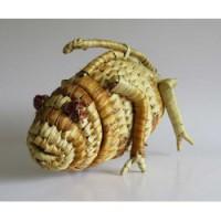 Kameleont med lock, av flätad vass. Från Madagaskar.